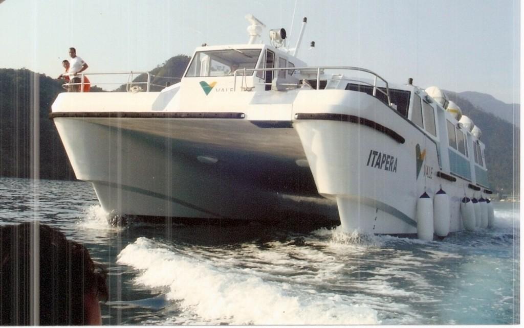 Foto del catamarano visto di prua